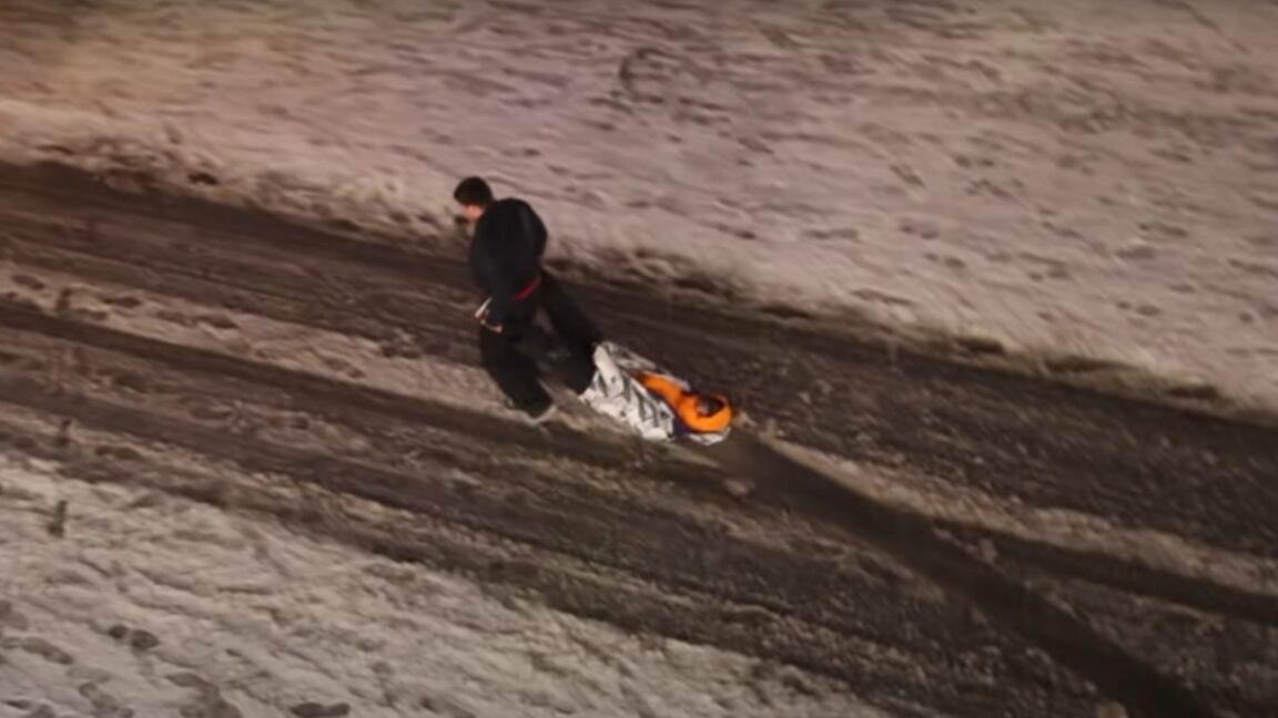 Viral video: Πως μεταφέρουν οι Ρώσοι τους μεθυσμένους στο χιόνι