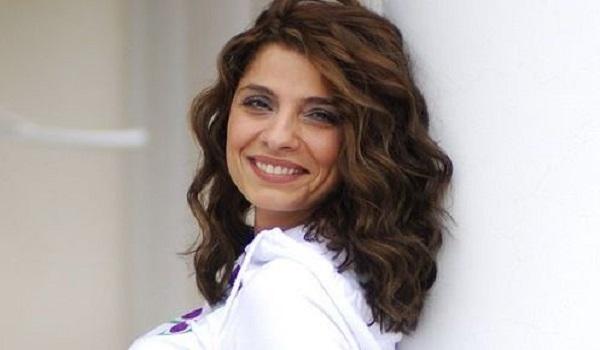 Η Πόπη Τσαπανίδου διαψεύδει ότι πασίγνωστος δημοσιογράφος αποπειράθηκε να τη βιάσει