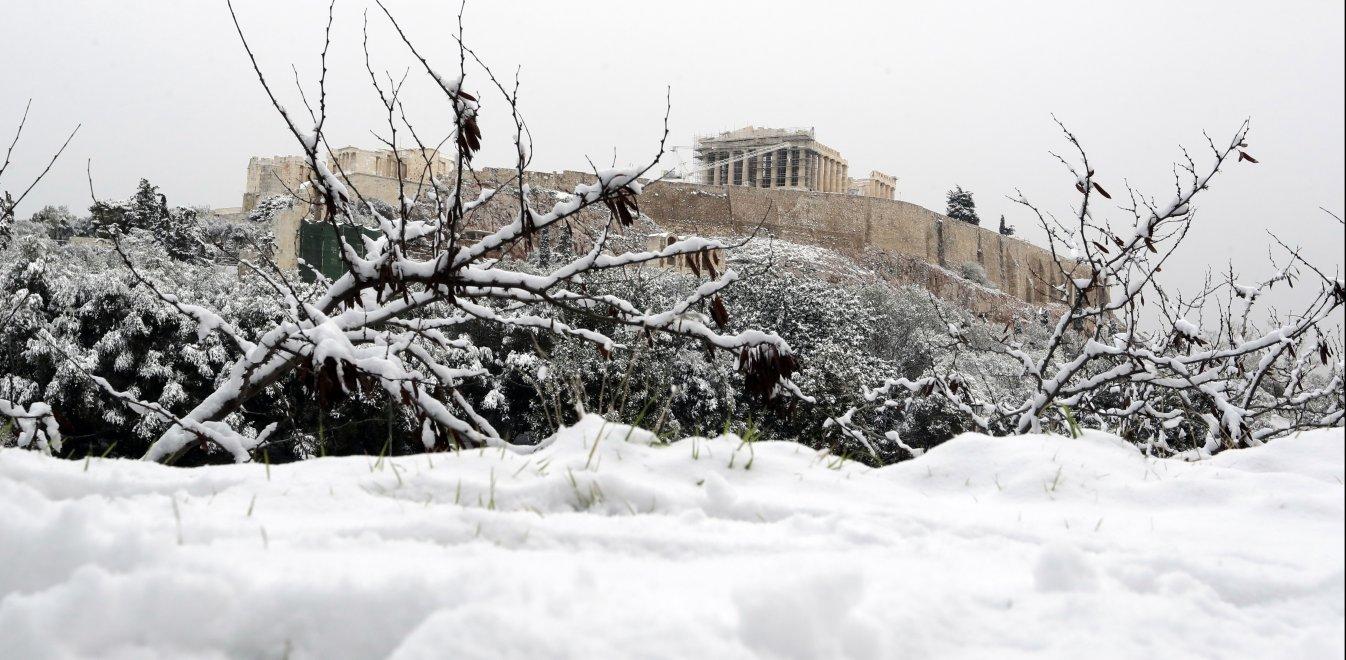 Εντυπωσιακές φωτογραφίες και βίντεο από τη χιονισμένη Αθήνα
