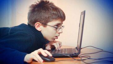 Τι πρέπει να κάνουν και να πουν οι γονείς για να προστατεύσουν τα παιδιά τους στο διαδίκτυο