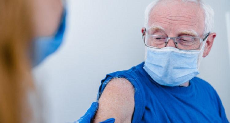 Κορονοϊός: Αυτό το λάθος κάνουν οι ηλικιωμένοι που εμβολιάζονται