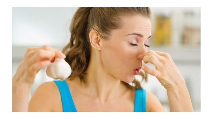 Φάγατε σκορδαλιά; Έτσι θα διώξετε τη μυρωδιά του από το στόμα σας